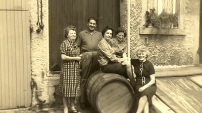 Der Hahn im Korb: Johann Kocak mit den Inhaberinnen und Mitarbeiterinnen des Feinkost-Geschäfts Schindler im Jahr 1965.