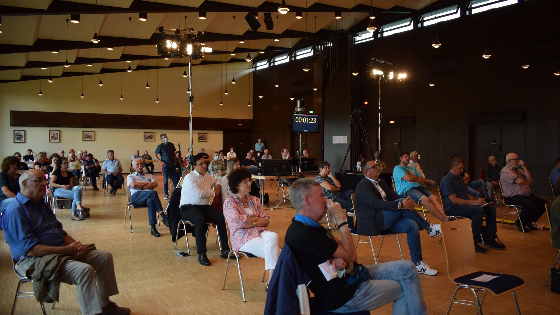 Interessierte Zuhörer: Rund 40 Bürger kamen zu der Kandidatenvorstellung am Mittwochabend im Klosterhof in Völkersbach.