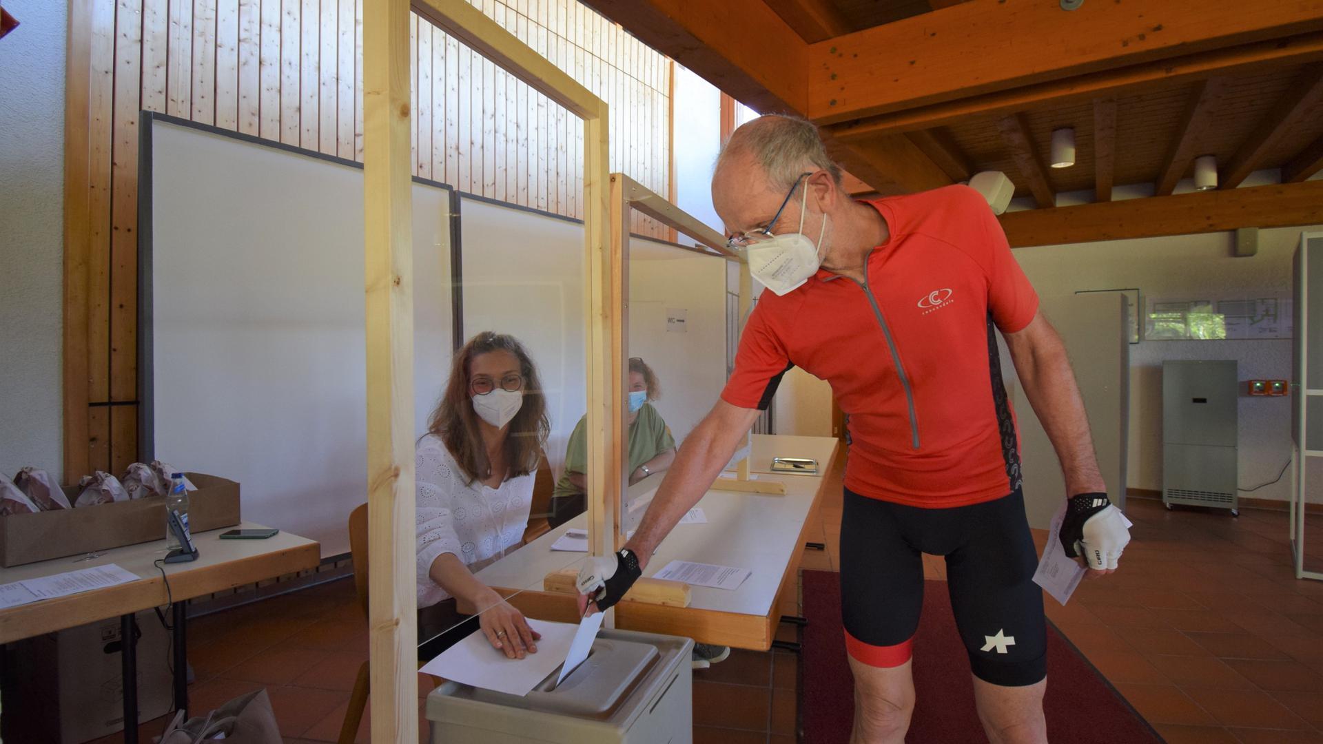 Vom Fahrrad in die Wahlkabine: Heinz Reinke gibt seine Stimme nach einer 50 Kilometer langen Tour am Sonntag in der Freihofhalle Sulzbach ab.