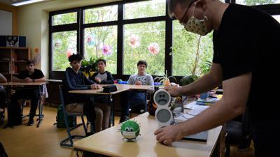"""Ein trauriges Smiley ist das Signal für Lüften: Nils Roßmann von der Tüftlerwerkstatt """"Fablab"""" stellt die CO2-Ampel in der Waldhausschule Malsch vor."""