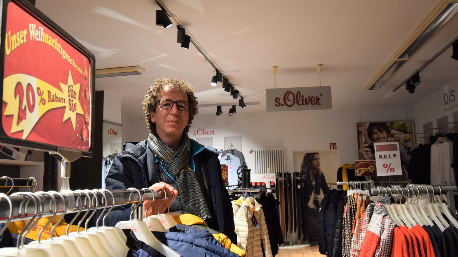 Auf den Winterklamotten bleibt er wohl sitzen: Wolfgang Elsässer in seinem s.Oliver-Geschäft im Malscher Ortskern. Die Schließung des Einzelhandels trifft den Unternehmer hart.