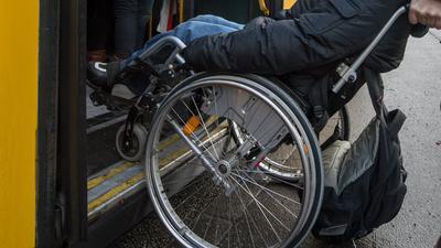 ARCHIV - ILLUSTRATION- Ein schwerbehinderter Mann wird am 05.12.2012 in Regensburg (Bayern) mit seinem Rollstuhl in einen Bus geschoben. Die Zahl der Schwerbehinderten in Mecklenburg-Vorpommern ist im vergangenen Jahr weiter gestiegen. Ende vergangenen Jahres lebten rund 216 000 Menschen, denen ein Grad der Behinderung von 50 und mehr zuerkannt wurde, wie Sozialministerin Drese am 21.07.2017 in Rostock sagte. (zu dpa «Immer mehr Schwerbehinderte in MV - Drese: Arbeitgeber gefordert» vom 21.07.2017) Foto: Armin Weigel/dpa +++(c) dpa - Bildfunk+++ | Verwendung weltweit