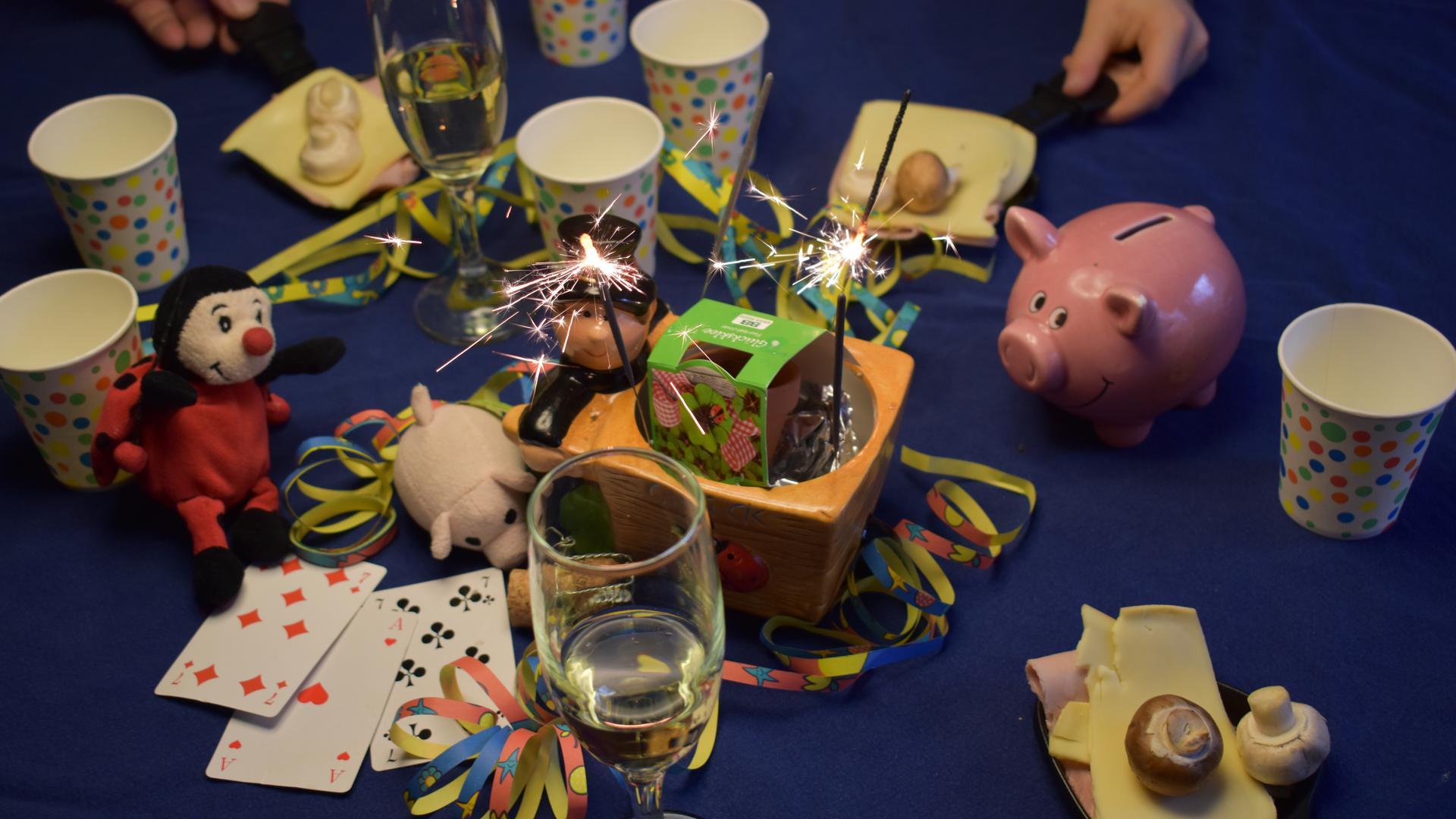 Wunderkerzen, Raclette und Kartenspiele: So könnte Silvester in vielen Familien verlaufen