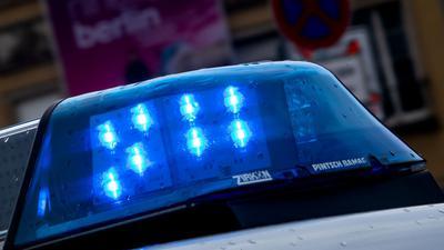 Ein Polizeiauto ist mit Blaulicht im Einsatz.