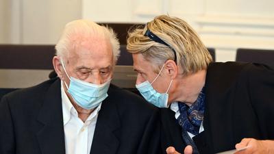 Der 88-jährige Angeklagte (links) wartet im Schwurgerichtssaal des Landgerichts Karlsruhe zusammen mit seinem Anwalt Michael Storz auf den Verhandlungsbeginn.
