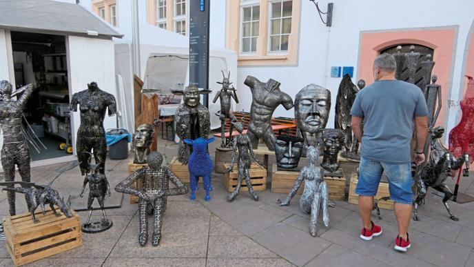 Kunsthandwerk am Eingang zum Schlosshof.