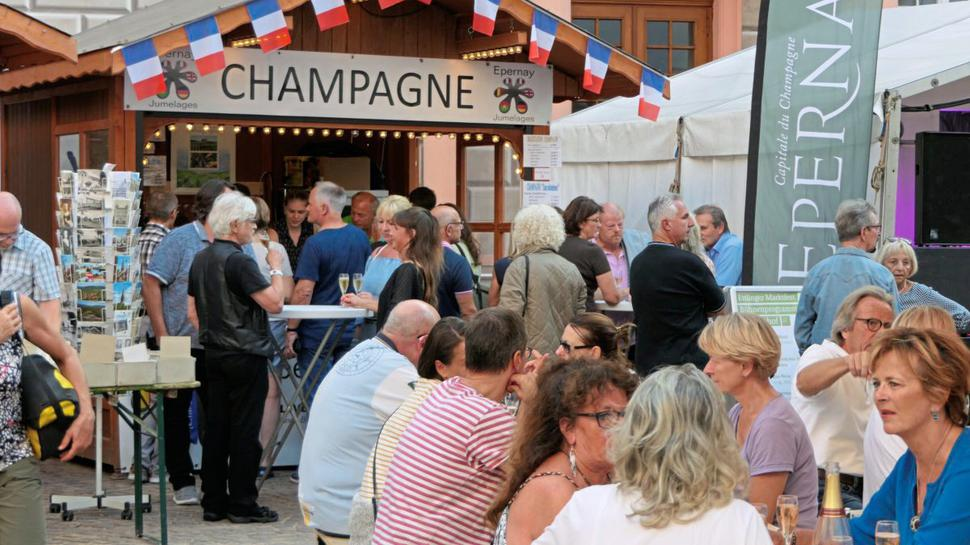 Der Champagnerstand im Schlosshof der Partnerstadt Epernay wird gut angenommen.