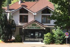 Blick auf den Eingang der Albtalklinik in Marxzell