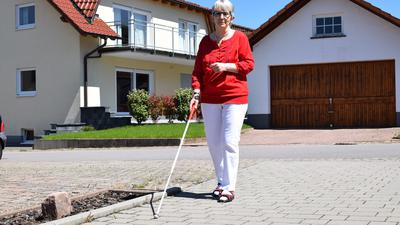 Auf den Stock ist sie angewiesen: Inge Stumpp aus Marxzell ist seit 28 Jahren blind. In Karlsruhe berät sie andere Betroffen und deren Angehörige.