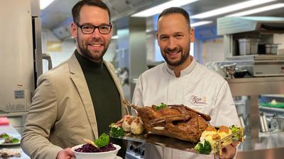 """Der """"König von Preußen"""" in Marxzell-Frauenalb von René und Roy Rath (von links) ist nur eines von  zahlreichen Restaurants, das Gans für mehrere Personen zum Fest anbietet."""
