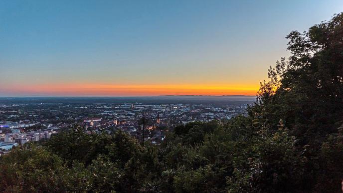 Rechtzeitig zum Sonnenuntergang erreicht die Gruppe den Bismarckturm und kann den herrlichen Ausblick über Ettlingen genießen.
