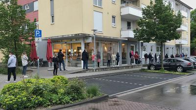Bald ist Einlass: Montagmorgen warten Menschen auf den Beginn der Sprechstunde in der Hausarzt-Praxis in Ettlingen-West. Vielen geht es ums Impfen.