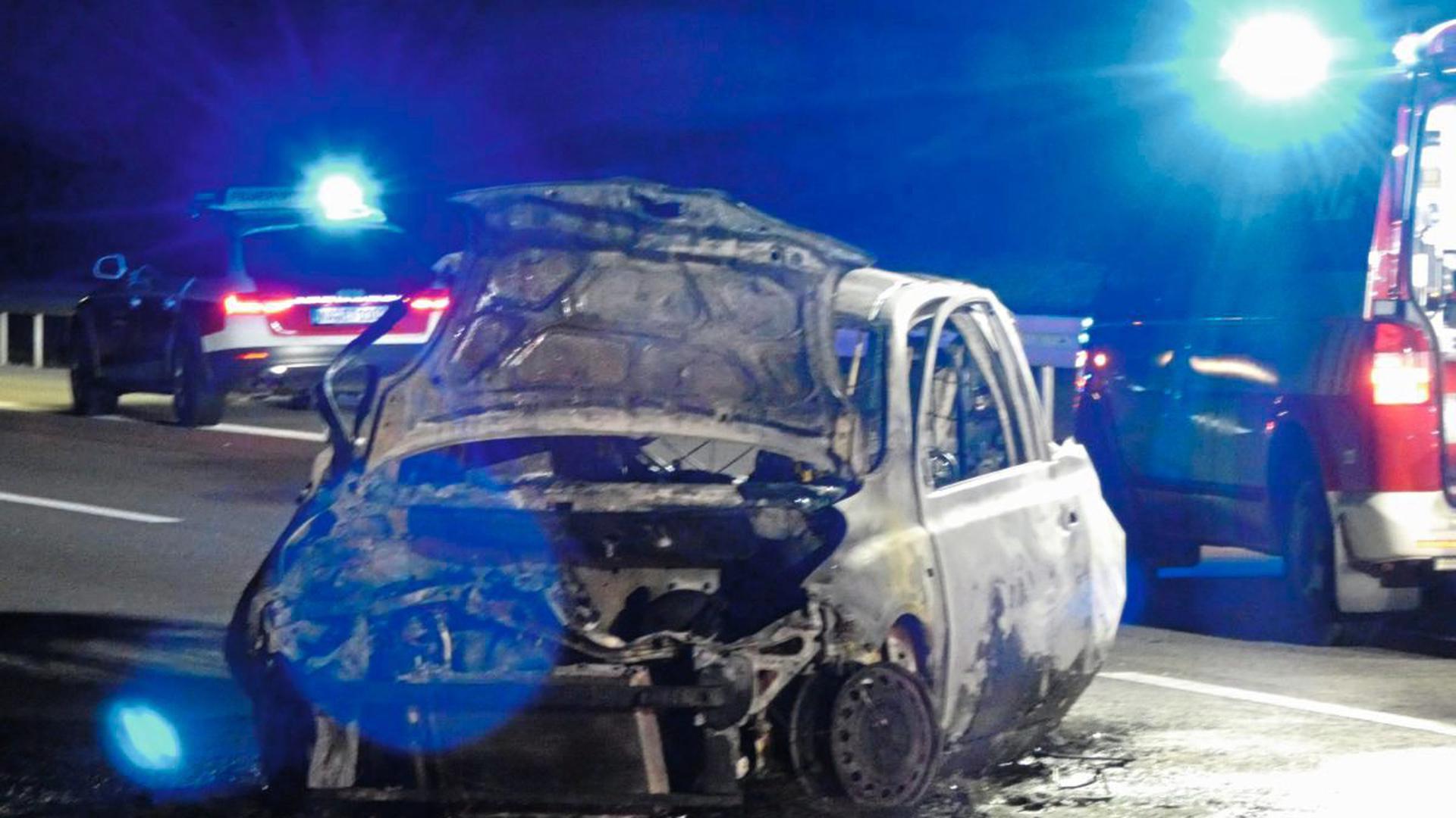 Bei einem tödlichen Verkehrsunfall auf der A5 bei Ettlingen sind am Sonntagabend zwei Menschen in ihrem Fahrzeug verbrannt.