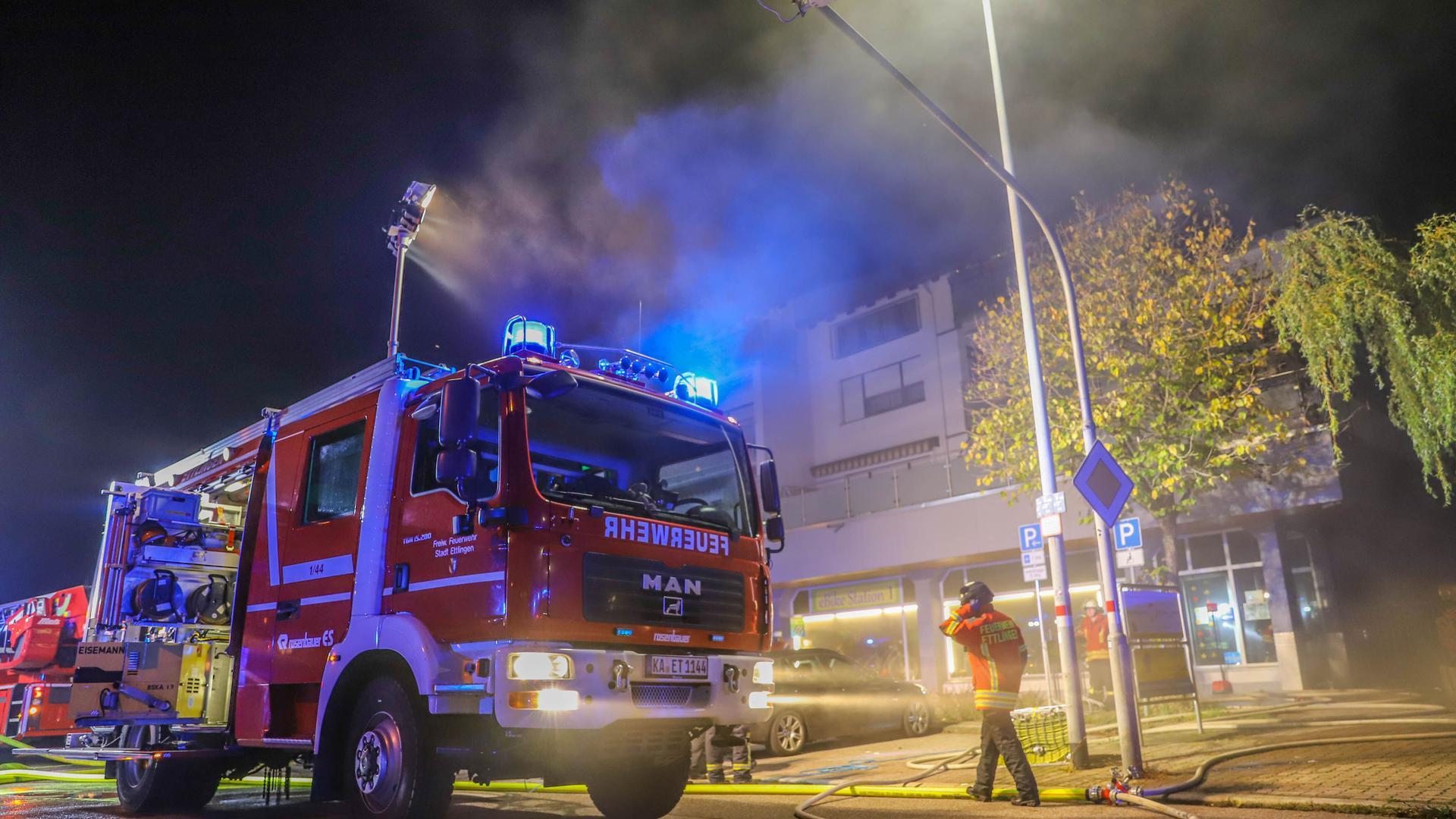 Die Freiwillige Feuerwehr Ettlingen war mit etwa 27 Einsatzkräften und sechs Fahrzeugen im Einsatz.