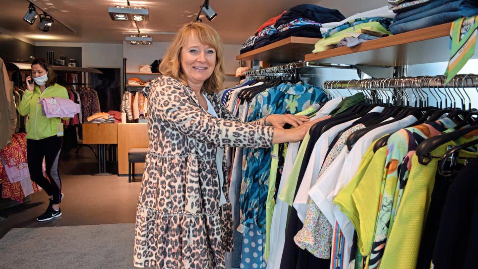 Bringen den Laden auf Vordermann, damit am Montag alles einladend aussieht: Nicole Hickel und ihre Mitarbeiterin Elisabeth Cochs (im Hintergrund).