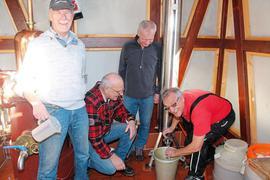 """Der erste """"klare Bua"""" wurde in der Brennhütte des Vereins gebrannt – von links Eugen Kunz, Lothar Vielsäcker, Hans-Peter Hajdu, Wolfgang Obreiter."""