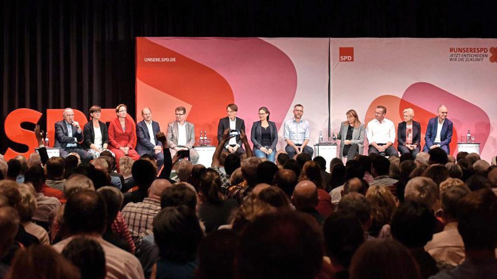 Auf der Regionalkonferenz in Ettlingen präsentieren sich zwölf der 14 Kandidatinnen und Kandidaten für den SPD-Vorsitz