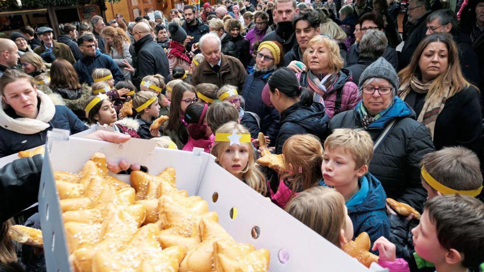 Dambedeis gab es für die Kinder bei der Eröffnung des Sternlesmarktes in der Ettlinger Altstadt.