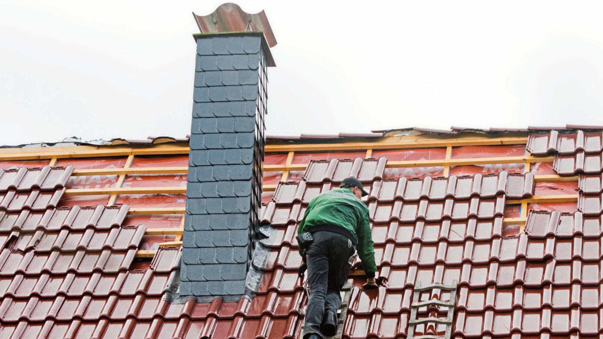 """Abgedeckt und abgezockt: Sogenannte """"Dachhaie"""" täuschen Sturmschäden vor, um Bürgern teure Reparaturleistungen aufzuzwingen. Die Verbraucherzentrale warnt, sich bei solchen """"Haustürgeschäften"""" nicht unter Druck setzen zu lassen. (Symbolbild)"""
