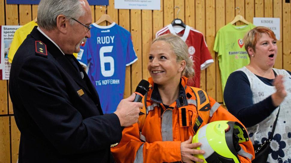 Feuerwehrfrau Stefanie Saul ist 80 Kilometer bis zur Typisierungsaktion gerannt. Eckard Helms, Vorsitzender des Kreisfeuerwehrverbands und die Mutter des leukämiekranken Julian (rechts) empfingen sie in Sulzbach.