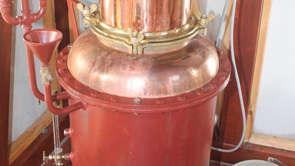 In den Kessel kommt zunächst die Maische. Dort wird der Brennstoff erhitzt, bis er verdampft.