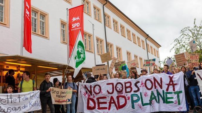 Demonstranten protestieren im Vorfeld der SPD-Regionalkonferenz