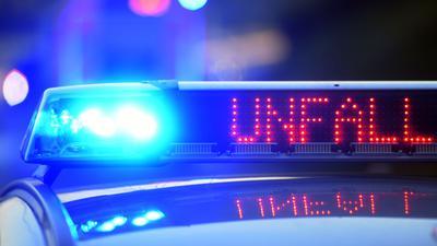 Auf einem Polizeifahrzeug warnt eine Leuchtschrift vor einer Unfallstelle. (Symbolbild)