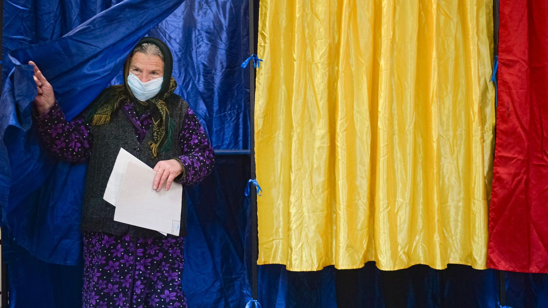 Eine Frau verlässt eine Wahlkabine, nachdem sie in Sabareni bei den Parlamentswahlen ihre Wahlstimme abgegeben hat.