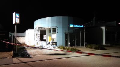 Wand herausgesprengt: Bei der Explosion entstand in der Nacht auf Montag immenser Schaden an der Volksbank-Filiale in Ettlingen-West.
