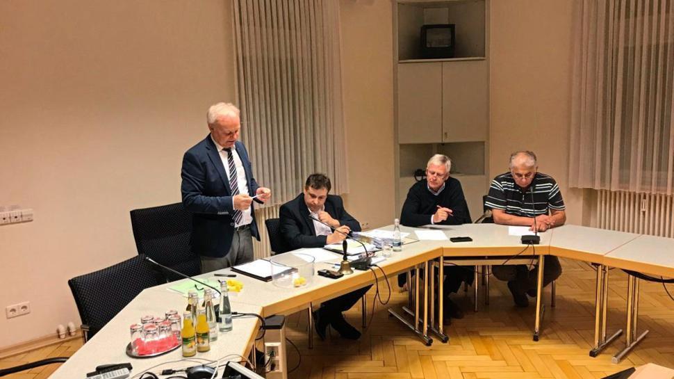 Bürgermeister Mai, Wahlausschussvorditzender, bei der Auslosung der Listenplätze 29 bis 35.