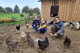 Kinder im Hühnerhof