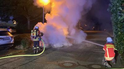 Neben der Freiwilligen Feuerwehr rückte auch die Polizei zu einem Fahrzeugbrand in Waldbronn-Busenbach an. Die Brandursache ist noch unklar.