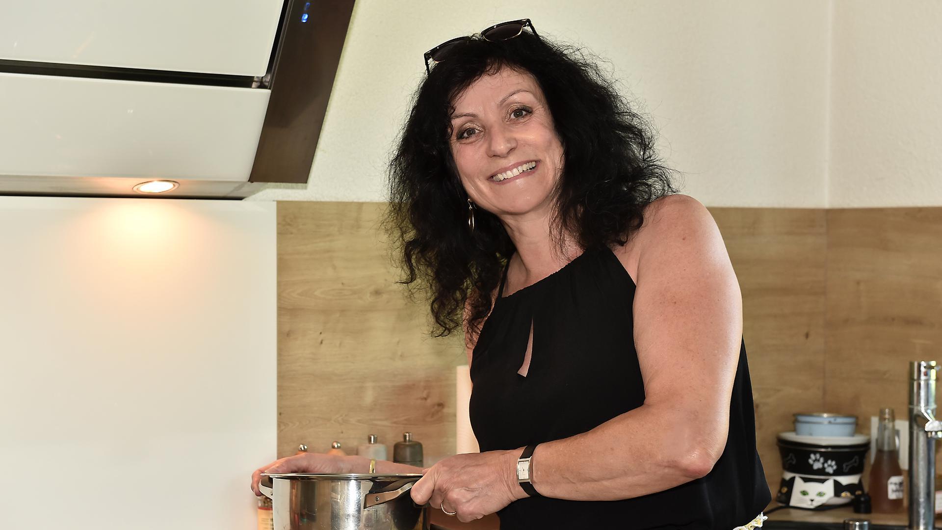 Elvira Schneider, Frau, Küche