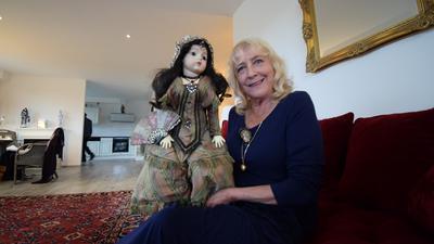 """Ihr ein und alles: Elke Katzenberger sitzt mit ihrer Porzellanpuppe """"Cosima"""" auf dem Sofa in ihrer Wohnung in Waldbronn."""