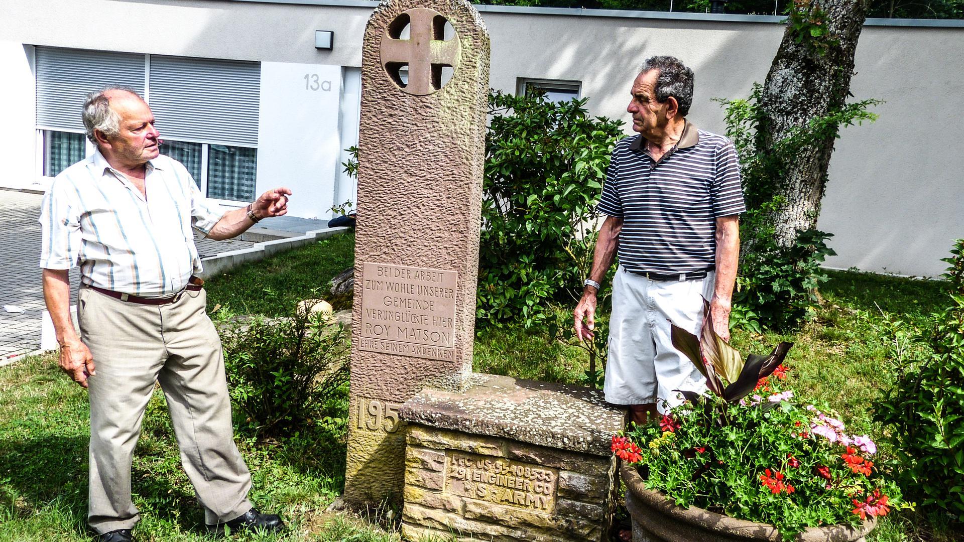Erinnerungen an ihre Schulzeit und an die amerikanischen Soldaten tauschten Bernhard Weber (links) und Edgar Ohl aus, als sie sich auf Einladung der BNN am Gedenkstein in der Busenbacher Bahnhofstraße trafen.