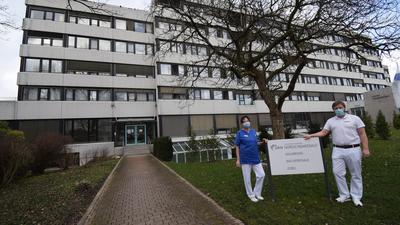 """""""Ersatzkrankenhaus"""": Die Bereichsleiterin Pflege, Dagmar Elbing, und Chefarzt Ewald Höschele stehen vor dem Gesundheitszentrum Waldbronn."""