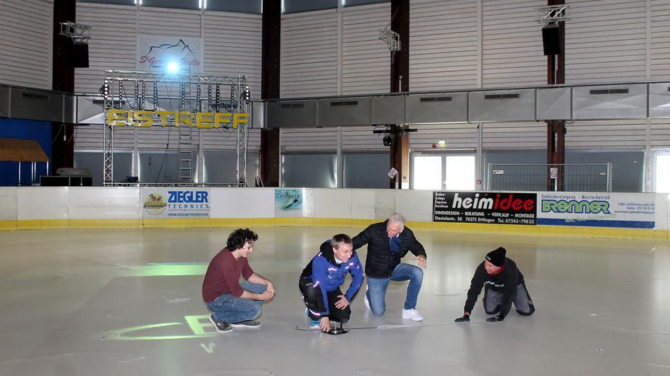 Millimeterarbeit: Die Lage des LED-Lichtes im Eis muss genau ausgemessen werden. Das klappt im Team, hier mit Michael Müller, Alexander Schroth, Manfred Wolf und Klaus Scharli (von links).