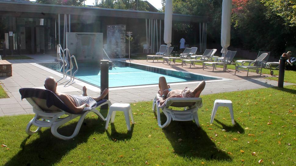 Liegestühle - Schwimmbecken