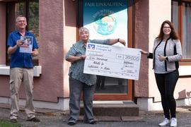 Riesiger Erfolg der Fastenaktion: GeorgVogel und Elke Heumann von der Seelsorgeeinheit Waldbronn-Karlsbad übergeben 30.000 Euro an Johanna Klumpp von der Caritas.
