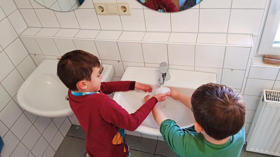 Zweimal Happy Birthday singen müssen die Jungs im Waldhaus Malsch jetzt beim Händewaschen. 20 Sekunden dauert das ungefähr – laut Gesundheitsamt die ideale Dauer, um Viren wegzuwaschen.