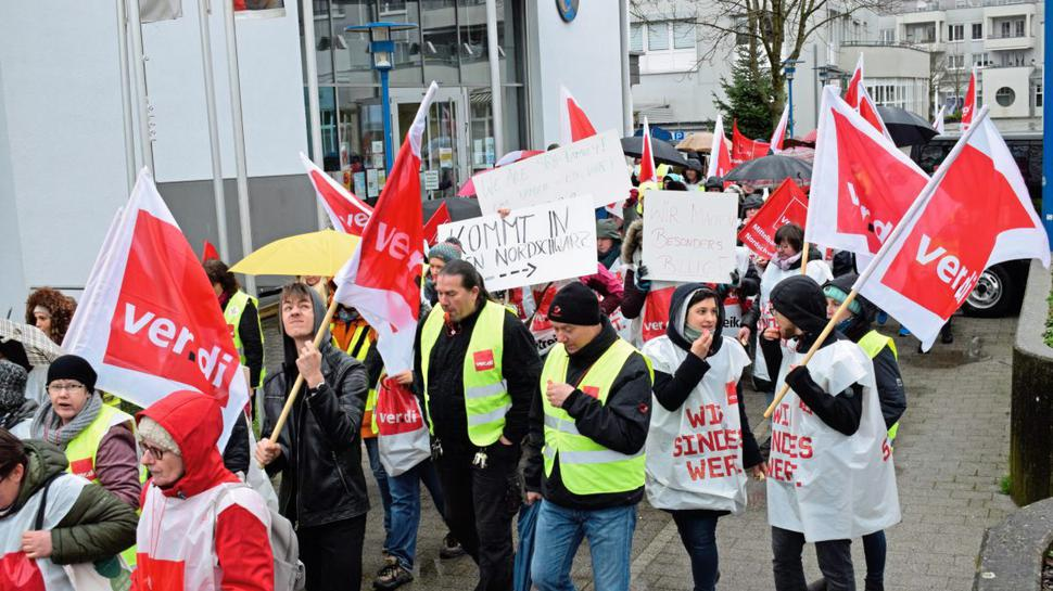Die 180 Streikenden zogen nach einer Kundgebung am Rathausmarkt zur SRH Klinik in Waldbronn.