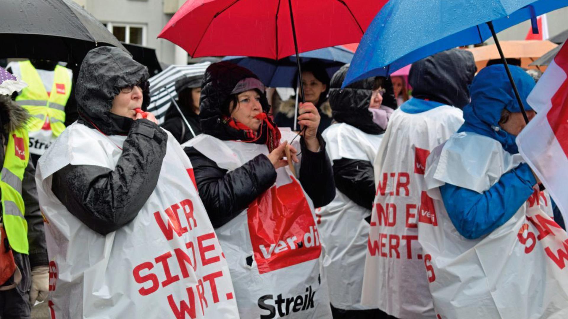 Mit Fahnen, Plakaten und Trillerpfeifen demonstrierten 180 Mitarbeiterinnen und Mitarbeiter der SRH Gesundheitszentren (ehemals Ruland-Kliniken) in Waldbronn für fairere Löhne.