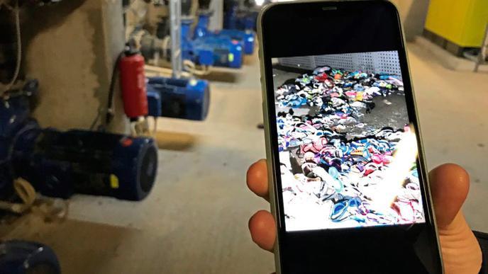Im Auffangbecken sammeln sich verlorene Latschen, Brillen oder sogar Zähne, wie das Foto von Anja Küchel zeigt.