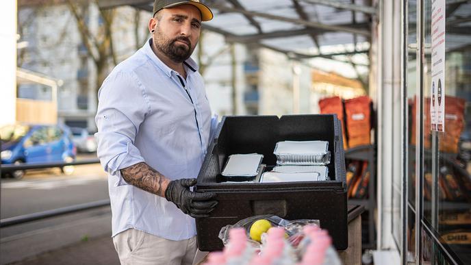 Fabio Grosso bietet in seinen Pizzerien in Ettlingen und Durlach jeden Tag von 17 bis 18.30 Uhr warme Nudelgerichte und Getränke für Obdachlose an.