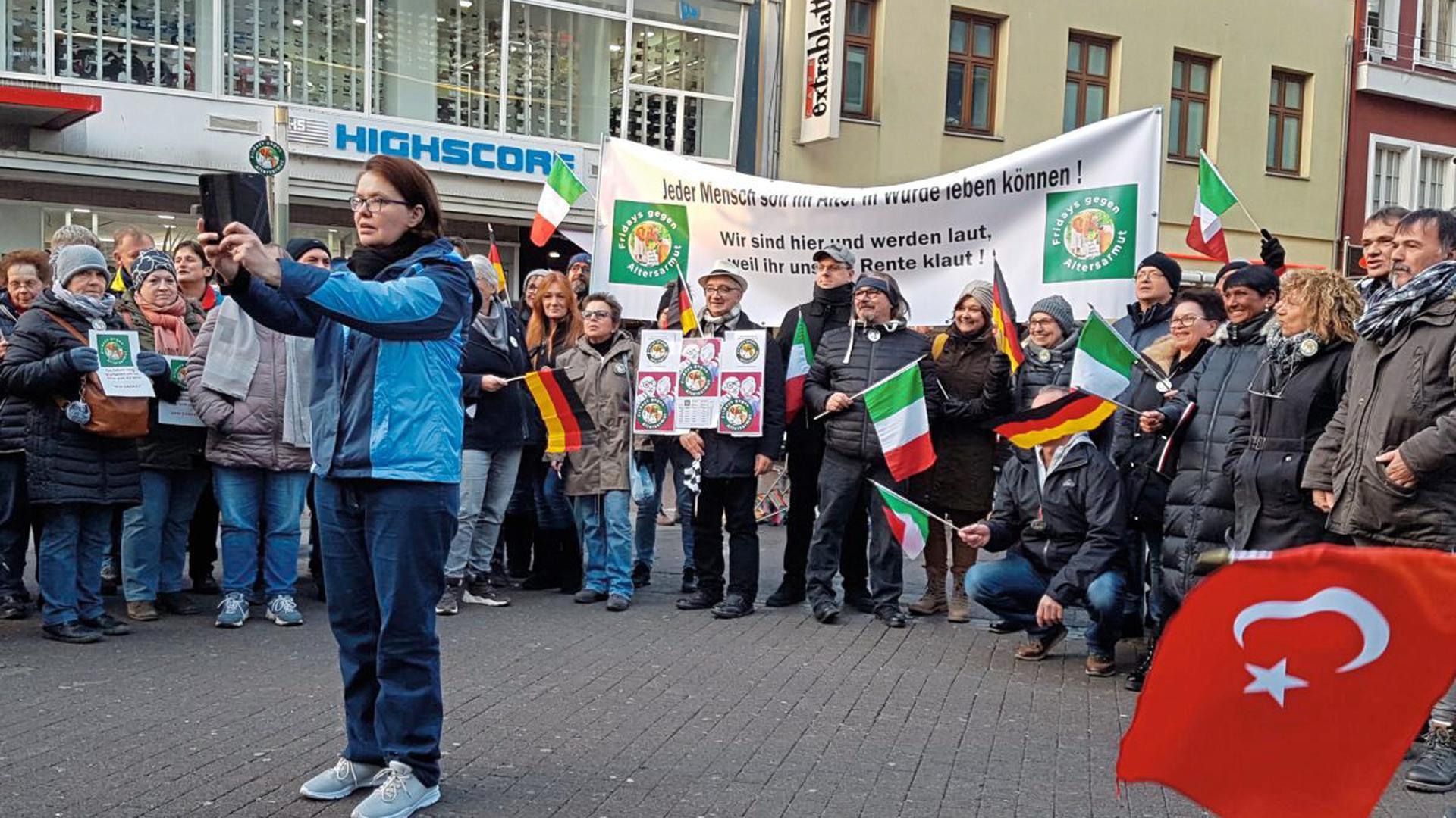 Gruppenselfie für mehr Rente: Die Teilnehmer der Mahnwache am Freitagnachmittag in Karlsruhe. Fridays gegen Altersarmut