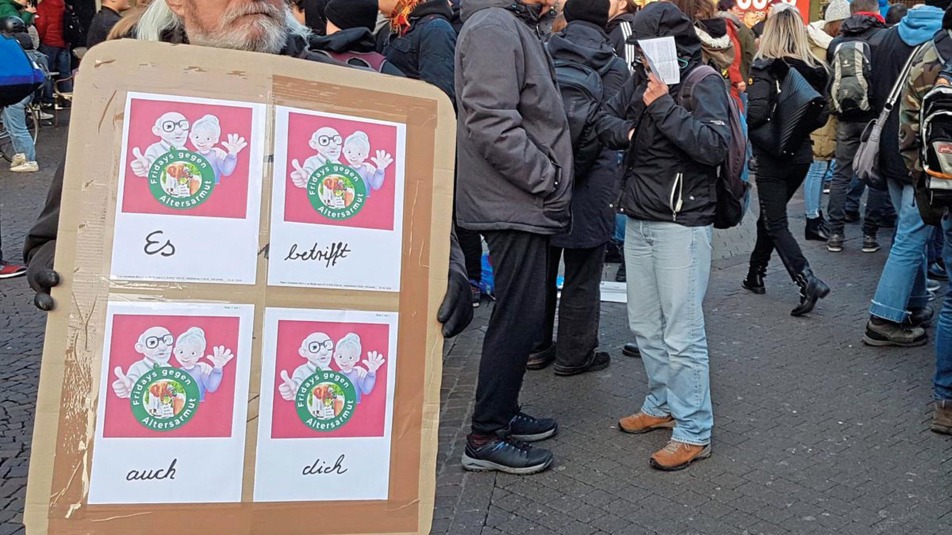 """""""Es betrifft auch dich"""": Teilnehmer der """"Fridays gegen Altersarmut""""-Mahnwache in Karlsruhe"""