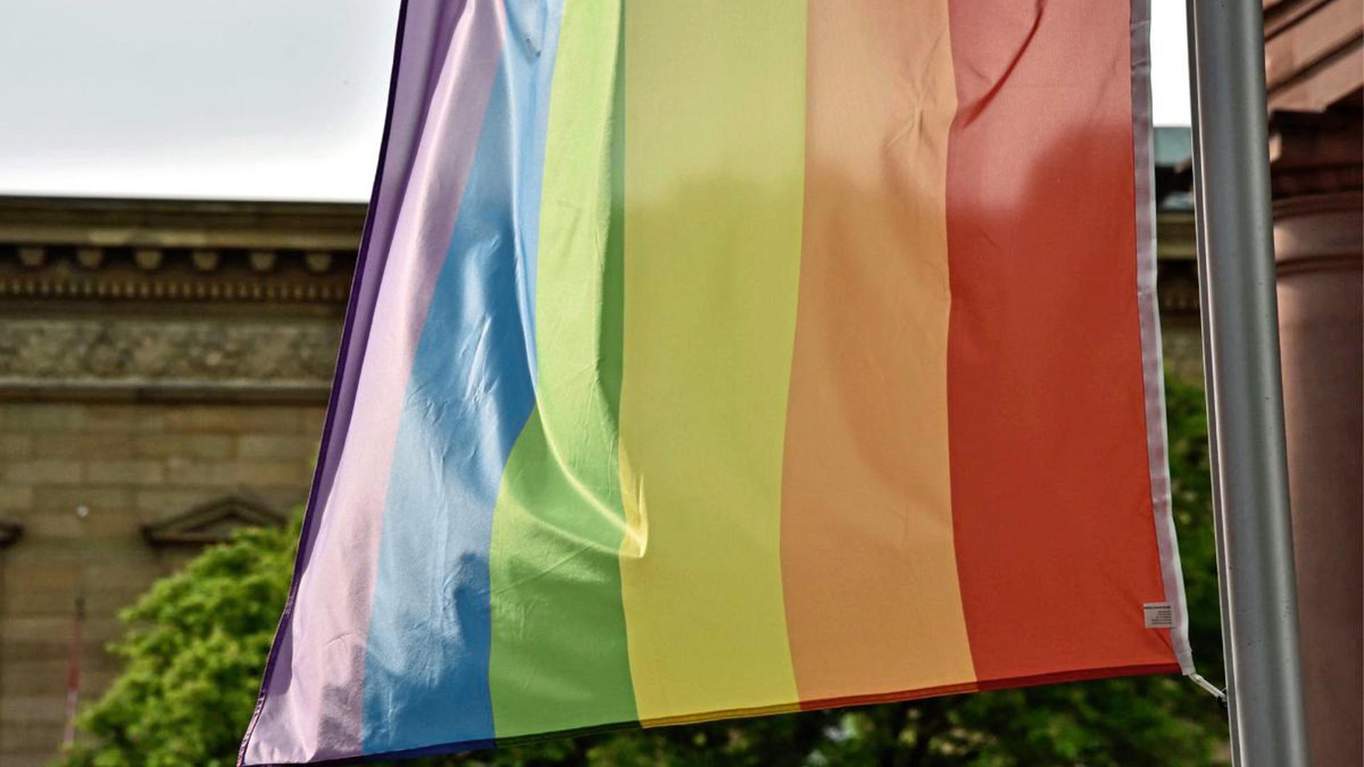 Eine Regenbogenflagge wirbt in der Karlsruher Innenstadt für Diversität.