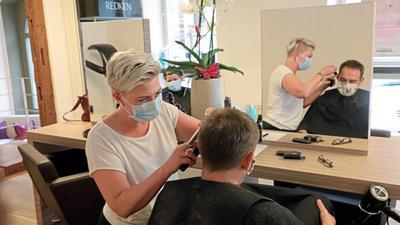 Sonderschicht: Normalerweise ist der Salon von Stefanie Welsch montags zu. An Tag eins nach der Corona-Schließung steht die Friseurin trotzdem in ihrem Laden.