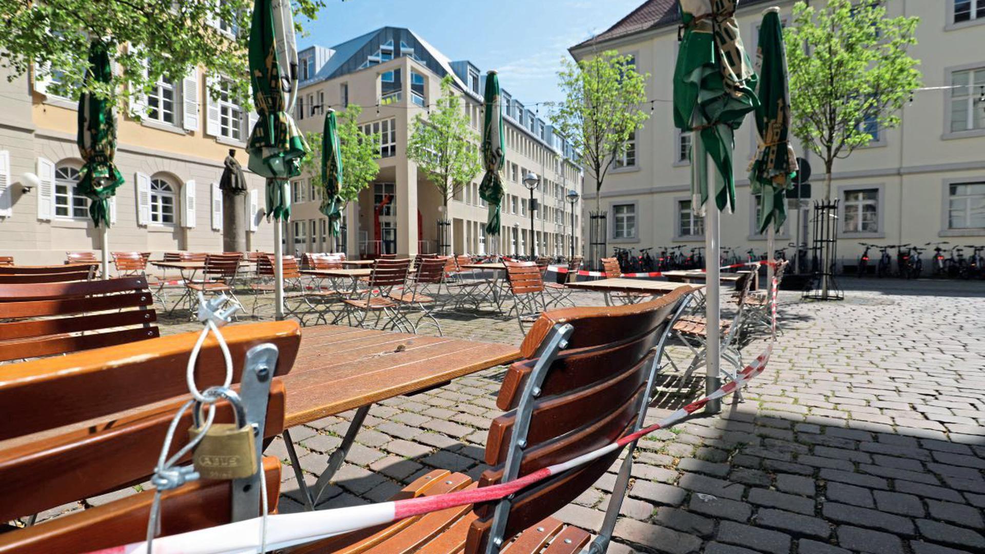 Hinter Schloss und Flatterband: Die sichtbar weiter auseinander stehende Bestuhlung des Litfaß in Karlsruhe wird auch am Montag leer bleiben.