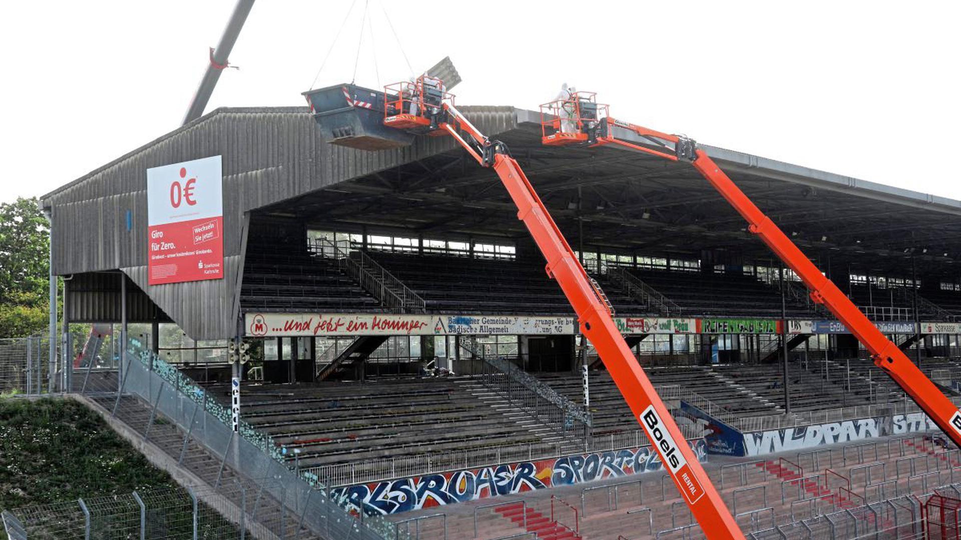 Erste Abrissarbeiten: Das Dach wird Stück für Stück demontiert
